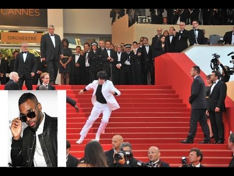 Jason Derulo Falls Down The Stairs At The Met Gala