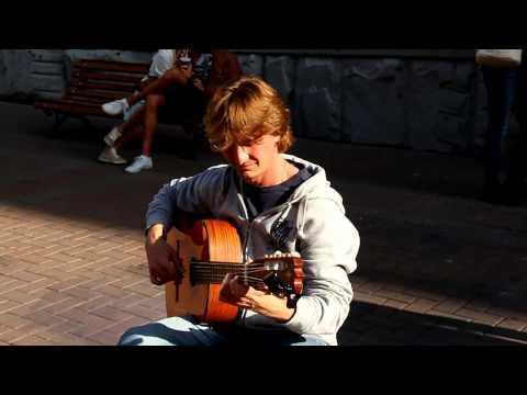 Москва, Арбат, уличный гитарист.