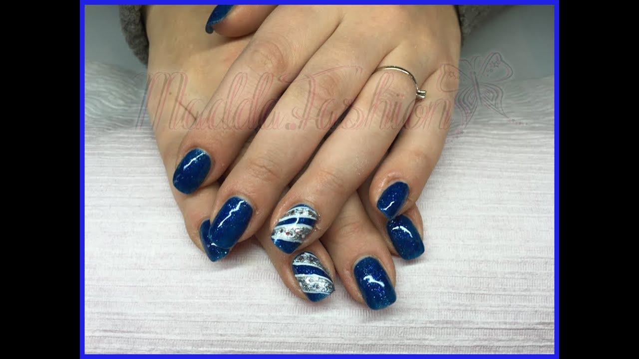 Nail art monocolore blu con riga glitter bianca e for Parete bianca con glitter argento