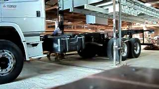 Bocão botando a carroceria no caminhão