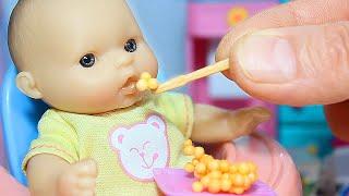 Пупс Соня кушает кашу и открывает шоколадные шары с игрушками. Лошадка Филли и Свинка Пеппа