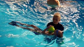 Урок плавания!!! Учится хорошо плавать и нырять!!! Третий урок Как научить ребенка плавать и нырять