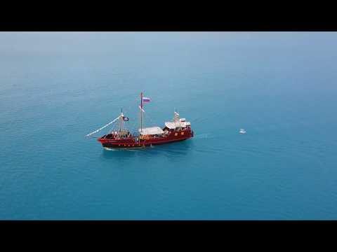Красивый корабль на море
