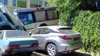 В Саратове 11-й автобус слетел вниз по набережной