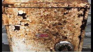 Пара 4 года принимала ящик во дворе за электрощиток, но это оказался сейф с сокровищами