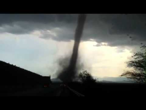 Tornado en carretera MTY-Laredo marzo 29 2012 3:30pm km 59 EL ORIGINAL 2 GIRLS 1 TORNADO