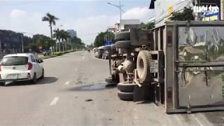 Xe tải chở 3000 lít hóa chất lật nhào ở Đồng Nai