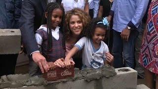 شاكيرا تتبرع بملايين الدولارات وتحث كولومبيا على الاستثمار في التعليم …