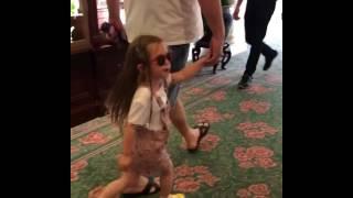 гарик харламов гуляет с дочкой