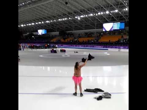 【平昌五輪】半裸でピンクのスカートに股間に猿のイラストのオッサン、リンクに乱入。「白鳥の湖」を踊り、半回転ジャンプを披露するw