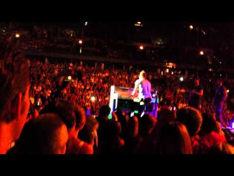 Chris Martin responds to Fans request- Coldplay Live Chicago
