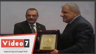 رئيس جامعة حلوان يسلم درع الجامعة لمحلب ومحافظ القاهرة تقديرا لمجهوداتهما