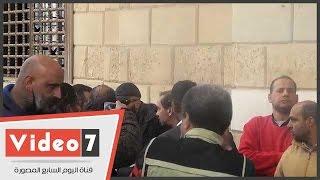 .. أحمد السقا أول الحاضرين فى جنازة الفنان أحمد راتب من مسجد الحصرى