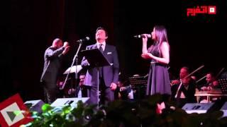 اتفرج | فرح الموجي تغني «أكدب عليك» مع هاني شاكر بجامعة القاهرة