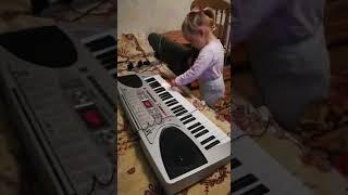 Девочка в 2.3 годика играет на пианино