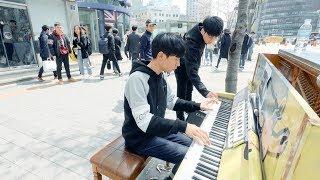 길거리 피아노 연주중 남학생이 다가간 이유는?