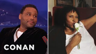 Anthony Anderson's Mom Carries Autographed Ph...