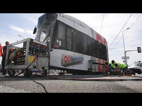 Straßenbahn nach Unfall entgleist