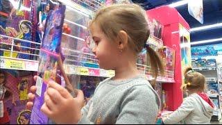 ВЛОГ Москва День 3 Алина идет в ТРЦ РИВЬЕРА Покупаем игрушки Гуляем VLOG