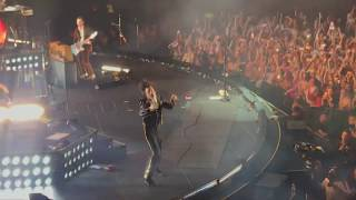 Harry Styles playing 'Kiwi' 3 times in a row at the Forum Night 2