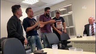 A pedido de juiz, Henrique e Juliano e João Neto e Frederico cantam juntos