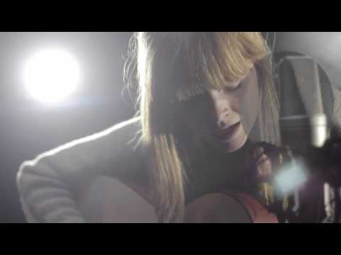 Lucy Rose performs Middle Of The Bed - Location Music TV