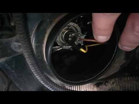 Замена ламп ближнего света на Niva Chevrolet.Открываем зажим-держатель!