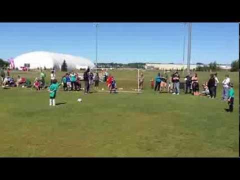 Child prodigy scoring top corner in soccer shootout- Enfant prodige en fusillade au football