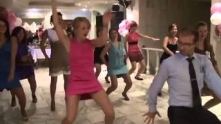 Девушки классно танцуют на свадьбе