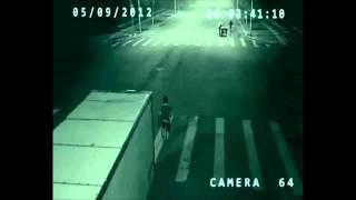 В Китае ангел спас человека от смерти, засняла скрытая камера на дороге!(, 2013-10-15T03:33:21.000Z)