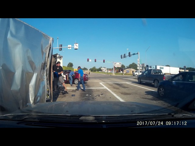 Lowes truck runs red light. 07-24-2017 09:15:42