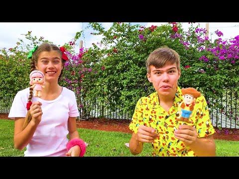 Настя и Артем лопают шарики с сюрпризами