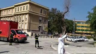 L'omaggio dei vigili del fuoco agli operatori sanitari del Policlinico di Bari