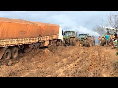 Caminhões atolados no Mato Grosso