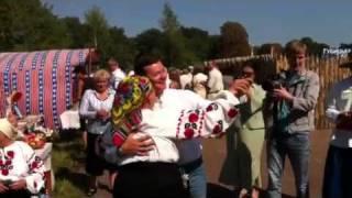 Олег Ляшко танцює з прихильницями на Чернігівщині(Лідер Радикальної партії Олег Ляшко танцює з прихильницями на фестивалі