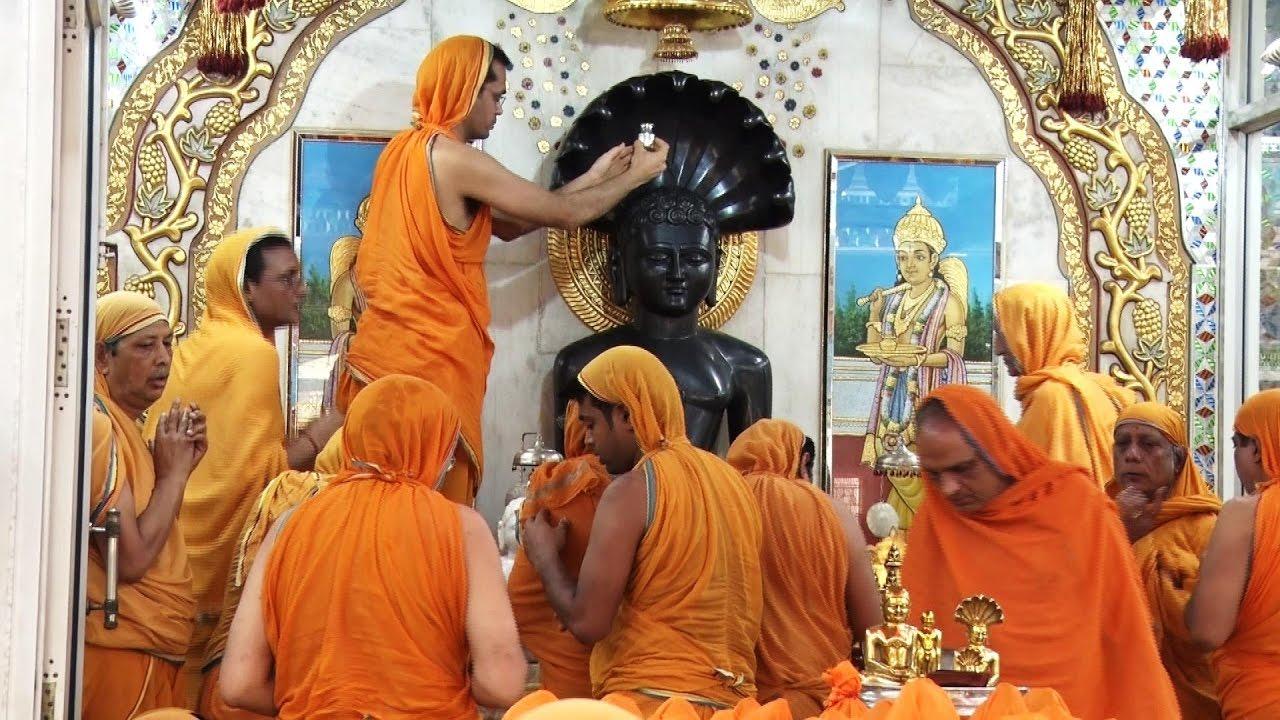 Worshiping Lord Mahavira by Digambar Jains - YouTube