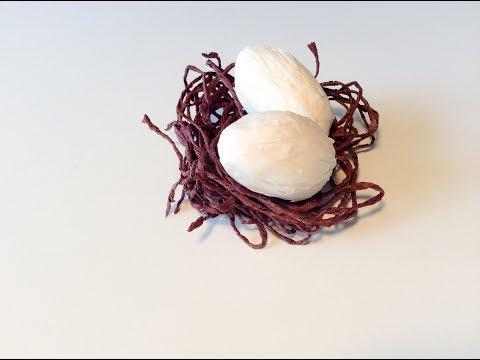 DIY un nid avec les œufs en paper. Paper nest with paper eggs Easter crafts.