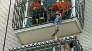 видео Ребенок застрял в решетке