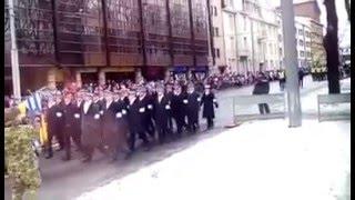 За это видео уволили командира пожарного расчета. Парад в Эстонии 24.02.2016(Работника спасательного департамента увольняют из-за снятого им видео парада в честь дня независимости..., 2016-02-25T10:47:24.000Z)