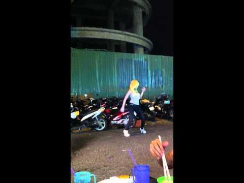 Hotgirl nhảy bốc lửa trước quán ăn