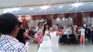 свадьба Айбола и Шолпана в Атырау. невеста танцует