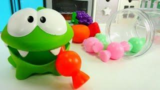 Видео для детей с игрушками. АМ НЯМ делает конфетки из фруктов. Приключения Ам Няма. #игрушки