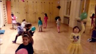 """PLESIĆ - Balloon shower (igra """"Tuširanje balonima"""" za razvoj krupne motorike)"""