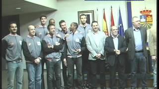 Manuel Robles recibe a los jugadores del Montakit