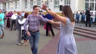 Красивый медленный танец на улице! Street! Music! Dance!