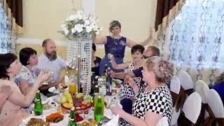 гости весело танцуют на свадьбе