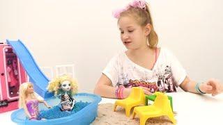 Барби делает дома бассейн с горкой. Видео для детей