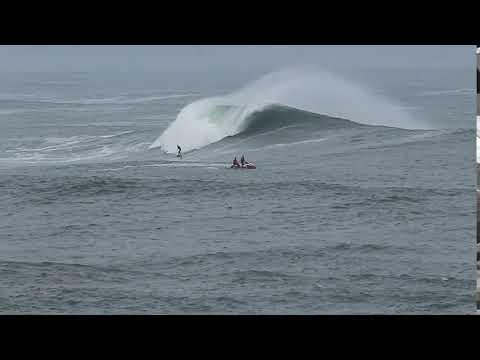 Los surfistas buscan la gran ola en Illa Pancha