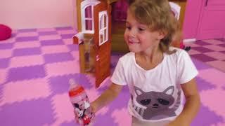 Mania e nova casinha de brinquedo para crianças