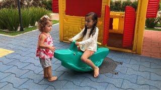 Diversão no parquinho com Sofia e Alice
